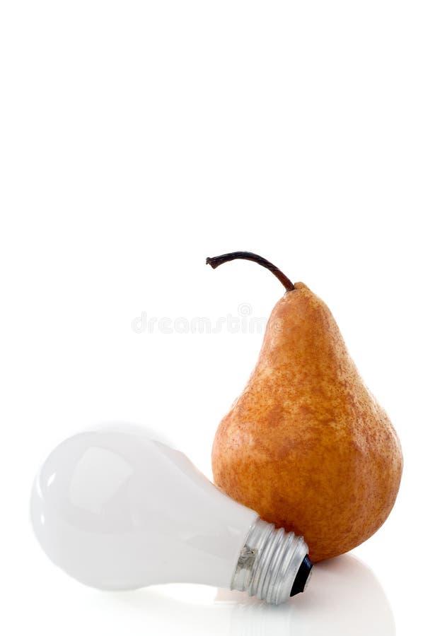 Une poire et une ampoule sur un blanc r3fléchissant photo stock