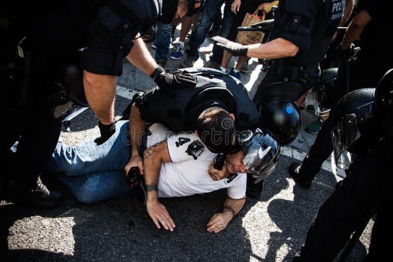 Une police anti-émeute catalanne détenant un protestataire images libres de droits