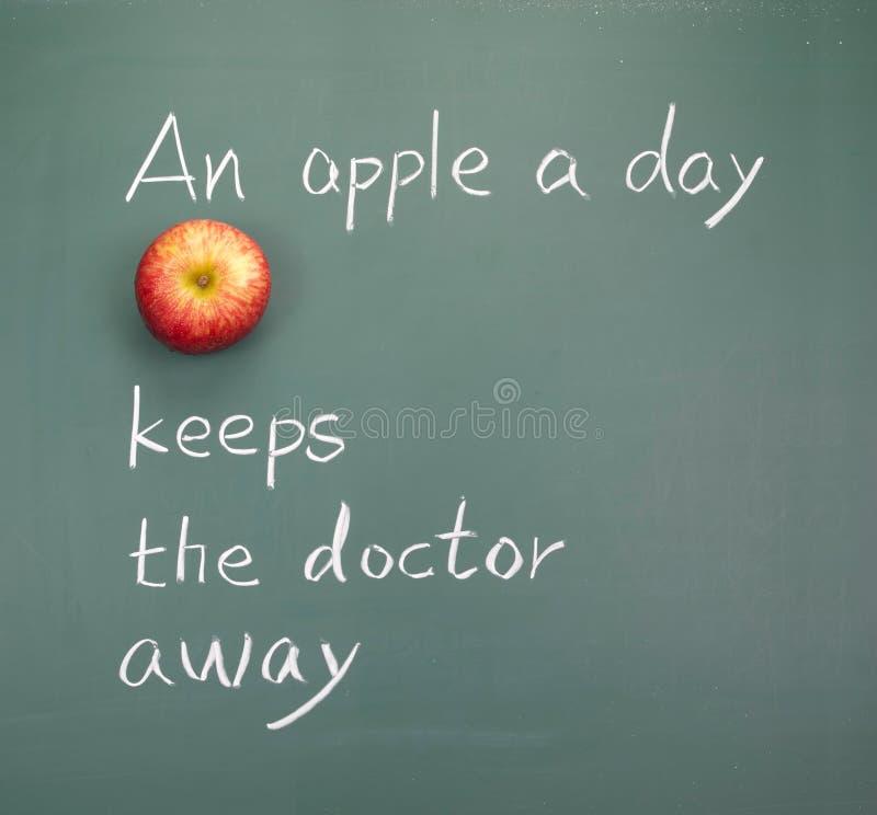 Une pomme par jour maintient le docteur parti photographie stock libre de droits