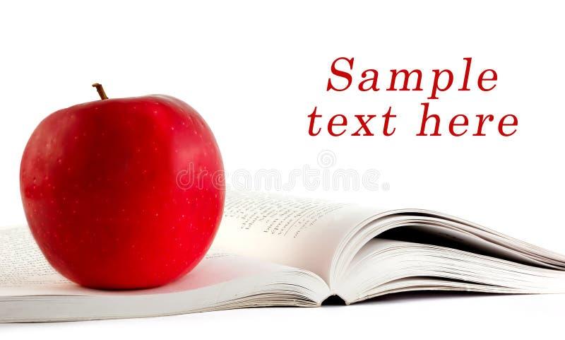 Une pomme rouge sur un boo image libre de droits