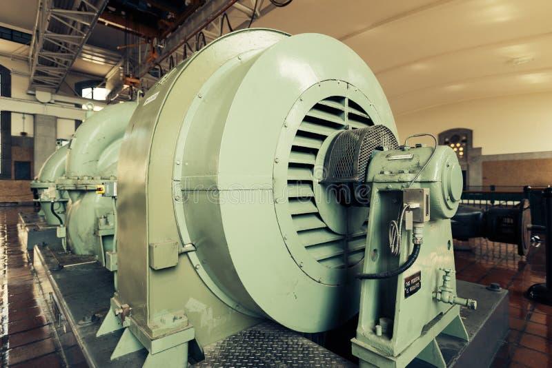 Une pompe à eau industrielle dans une installation de traitement images libres de droits