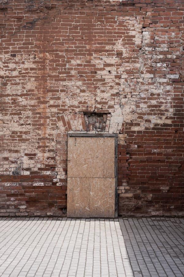 Une porte étrange dans le mur photographie stock libre de droits