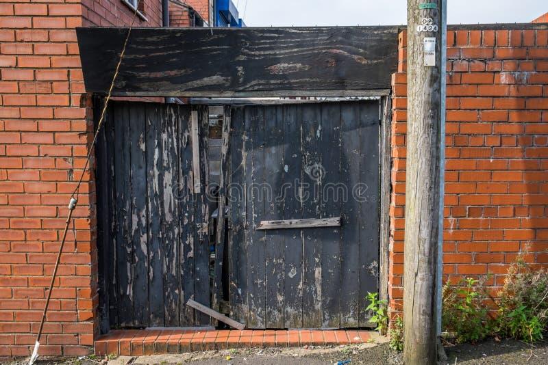 Une porte arrière cassée protégeant une propriété photos stock