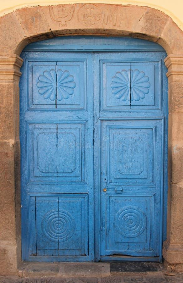 Une porte bleue lumineuse dans Cuzco images libres de droits