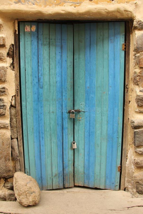 Une porte bleue lumineuse dans l'ollantaytambo image libre de droits
