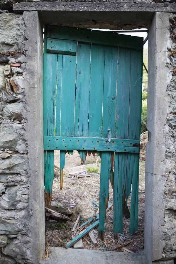 Une porte délabrée photographie stock