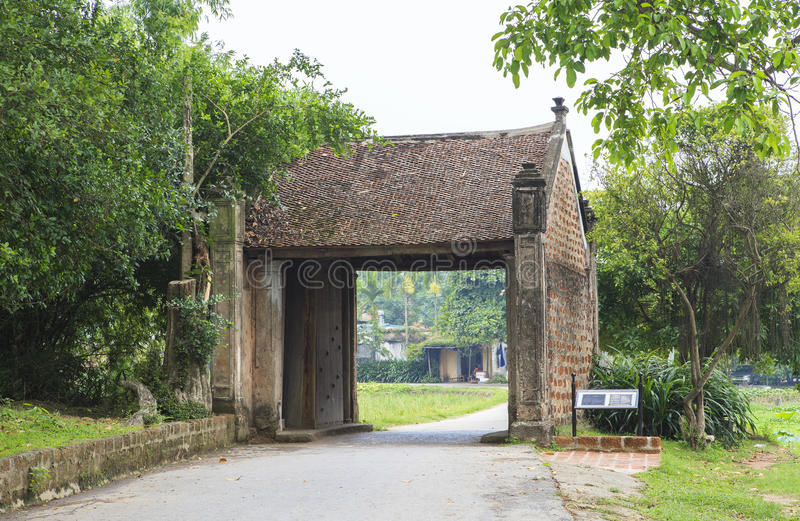 Une porte de village antique à Hanoï photo libre de droits