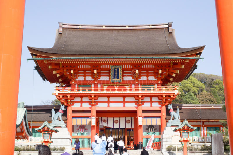 Une porte géante de torii devant la porte de Romon à l'entrée du tombeau de Fushimi Inari images libres de droits