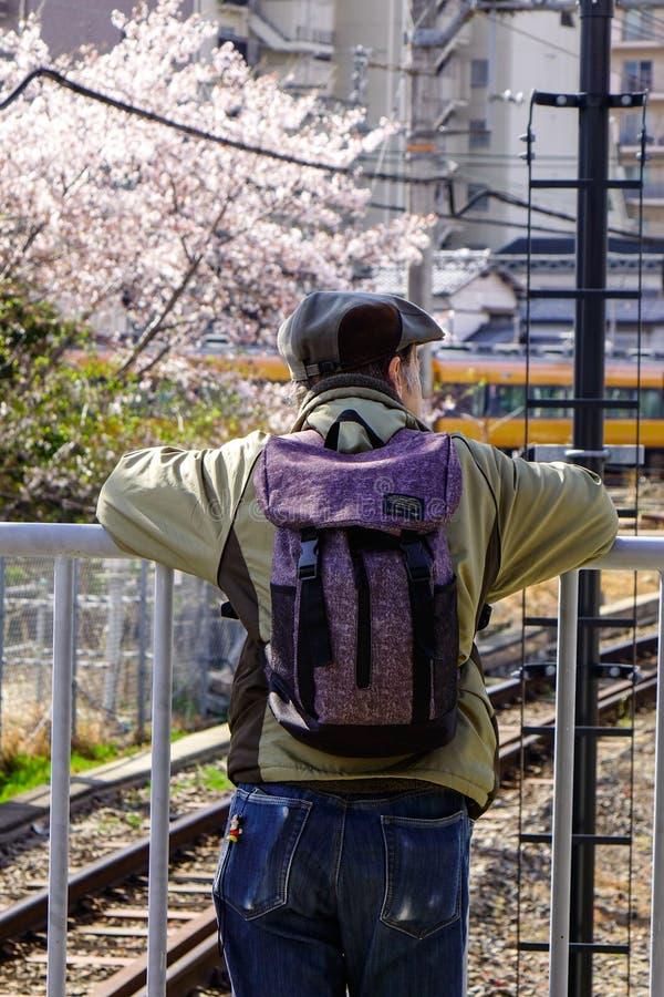Une position d'homme à la gare ferroviaire à Osaka, Japon photographie stock