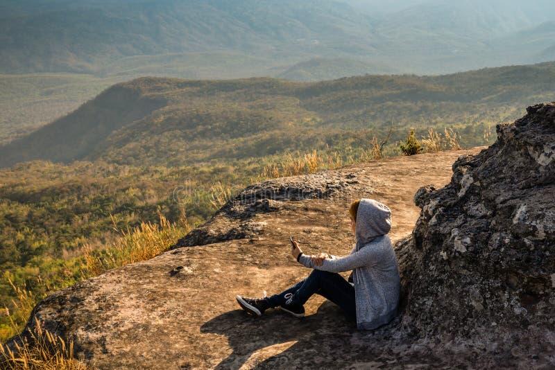 Une position de personne dans le grand domaine appréciant la nature sous le beau ciel bleu photographie stock libre de droits