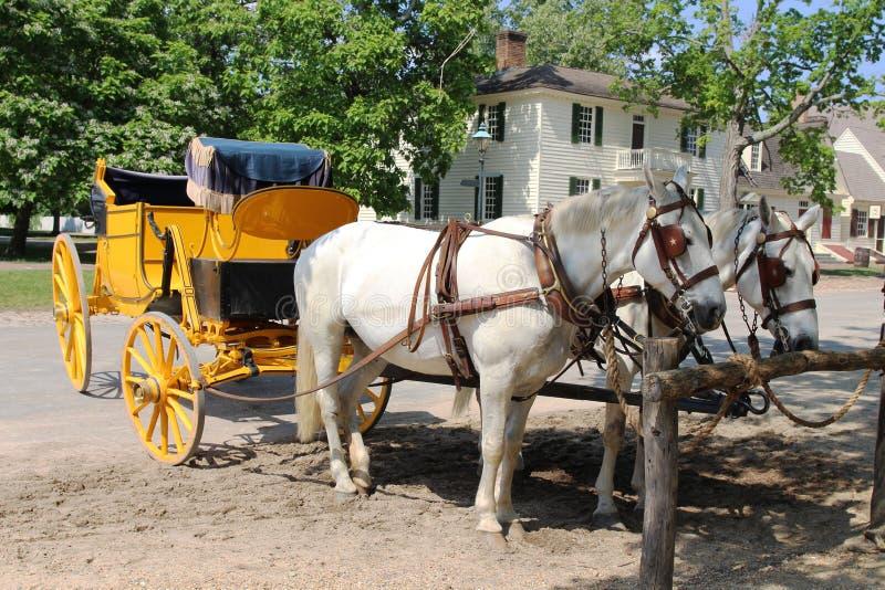 Une position hippomobile de chariot dans la rue de Williamsburg colonial photo stock