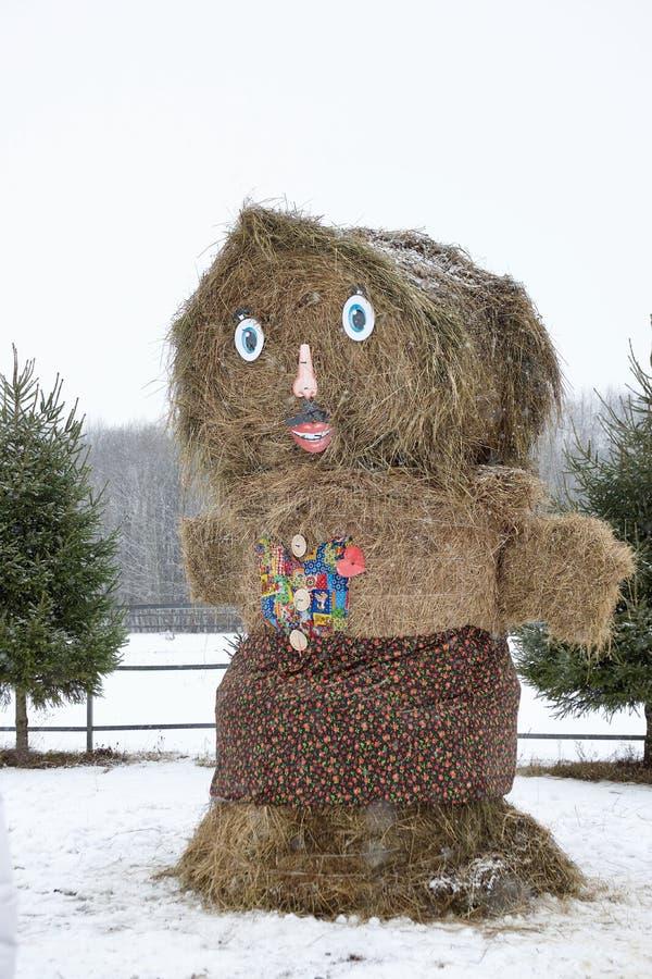Une poupée de foin sec - un symbole des vacances russes - adieu d'hiver images libres de droits