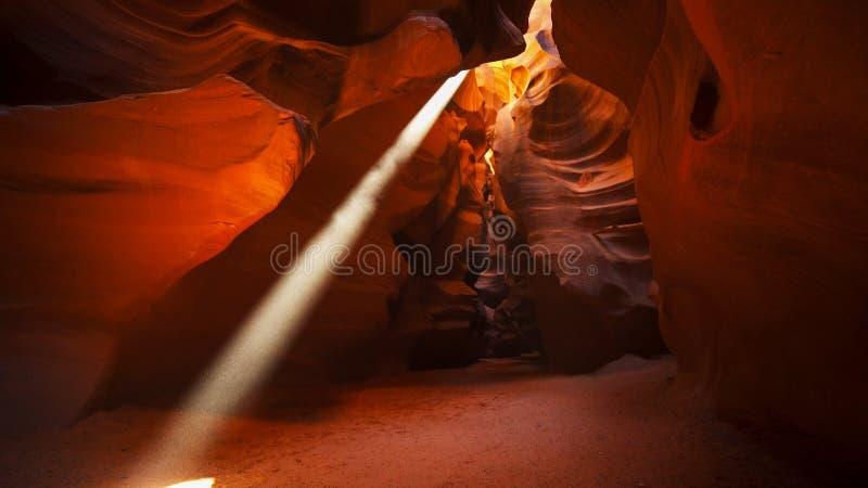 Une poutre du soleil en canyon supérieur d'antilope, az images libres de droits