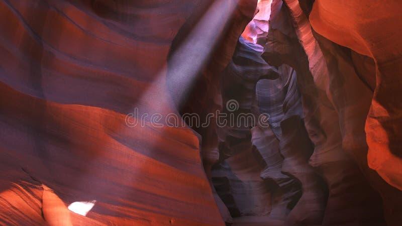 Une poutre du soleil frappe le mur en canyon supérieur d'antilope photo stock