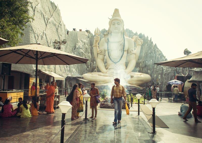 Une prière dans le temple de Shiva photo stock