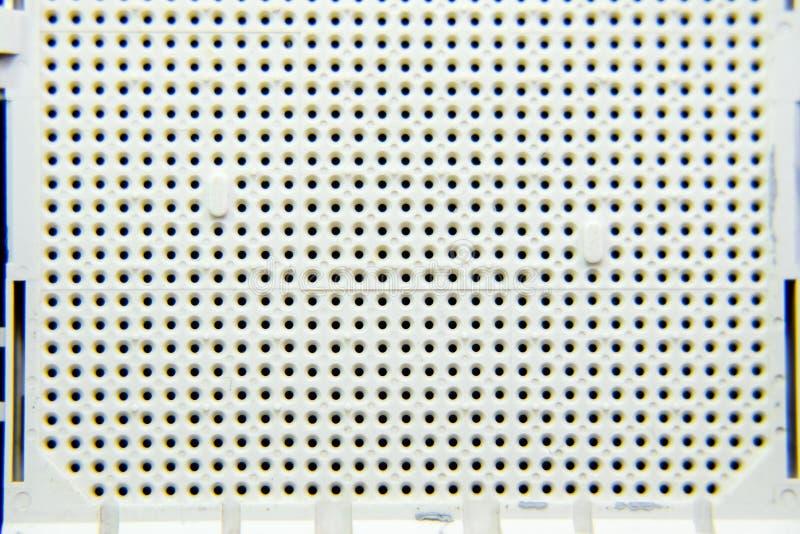Une prise sous le processeur de l'ordinateur, trous sous les pieds des contacts Conseil électronique avec élém. élect. image libre de droits