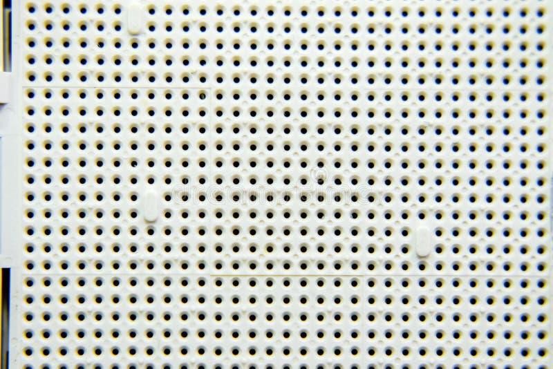 Une prise sous le processeur de l'ordinateur, trous sous les pieds des contacts Conseil électronique avec élém. élect. photographie stock libre de droits