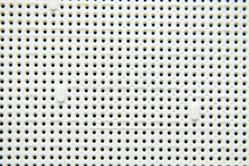 Une prise sous le processeur de l'ordinateur, trous sous les pieds des contacts Conseil électronique avec élém. élect. photographie stock