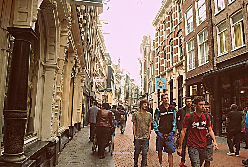 Une promenade dans une ville occupée pourtant calme photos libres de droits