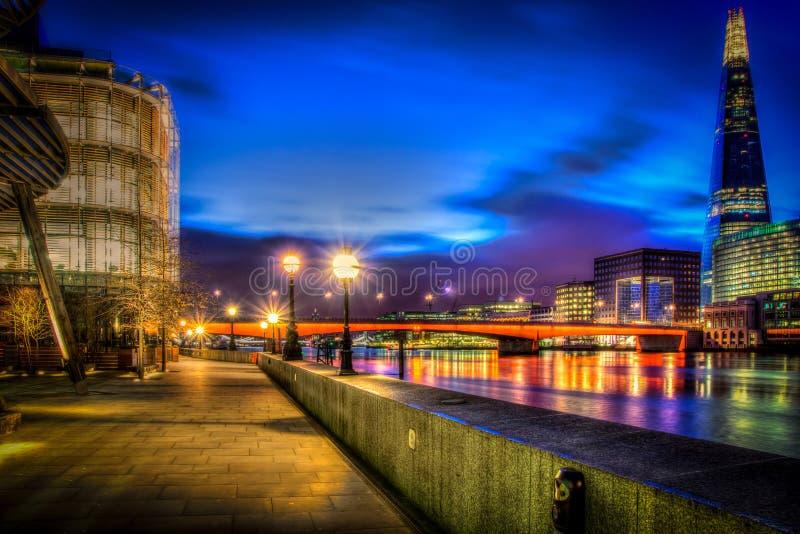 Une promenade de HDR par la Tamise par nuit image stock
