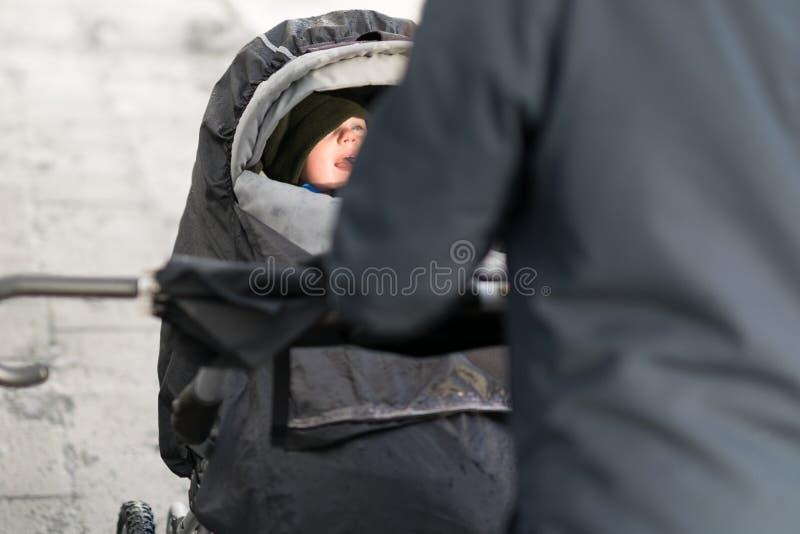 Une promenade sous la pluie photo libre de droits