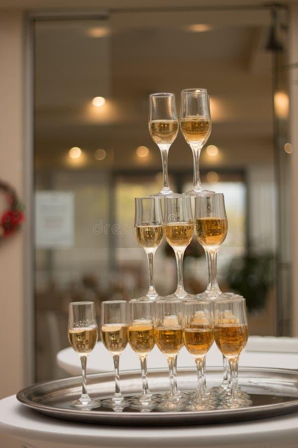 Une pyramide de champagne photo libre de droits