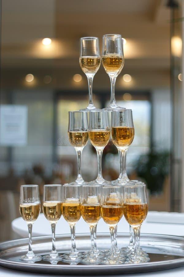 Une pyramide de champagne photos stock