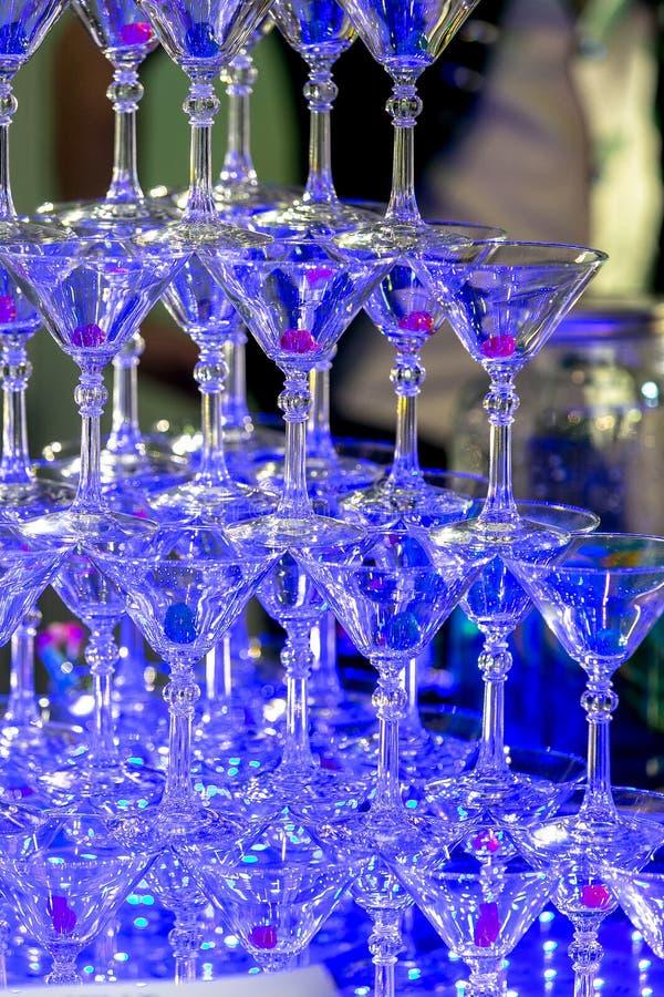 Une pyramide des martinas vides dans le restaurant Arrangement de Tableau pour la c?l?bration Service de banquet, nourriture de a image libre de droits