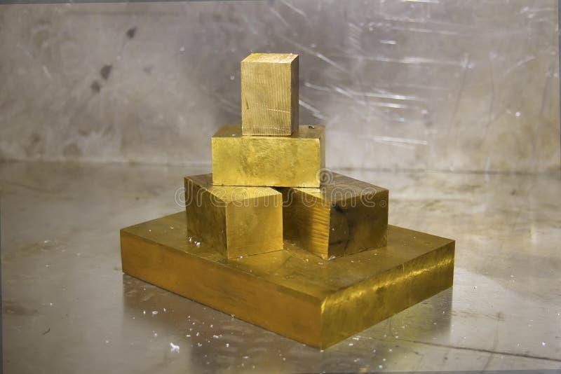 Une pyramide des pièces en or métal photographie stock