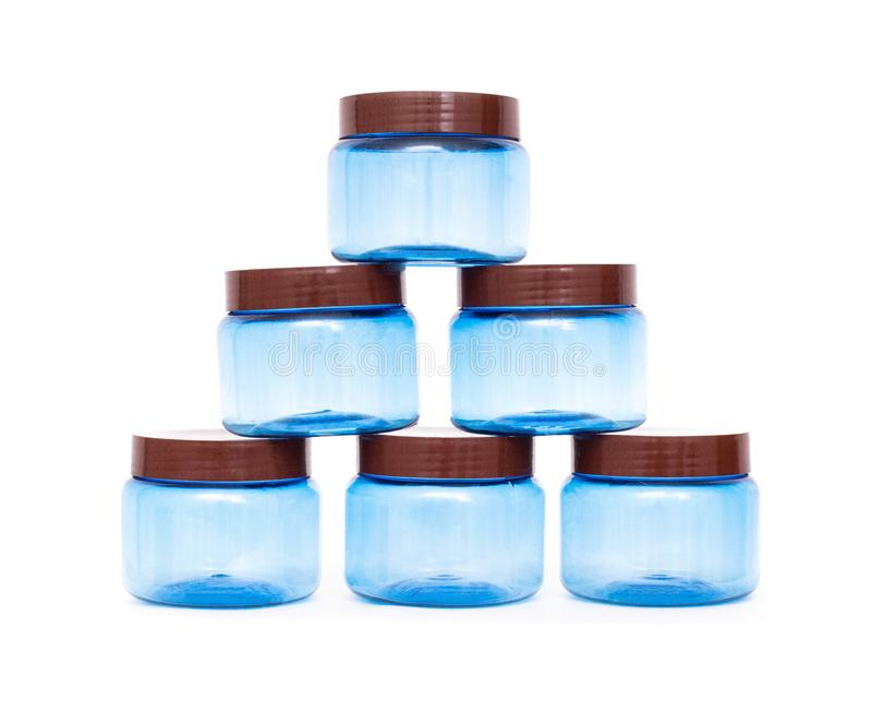 Une pyramide des pots bleus de polypropylène en plastique sur un fond blanc, isolat, polystyrène photographie stock libre de droits