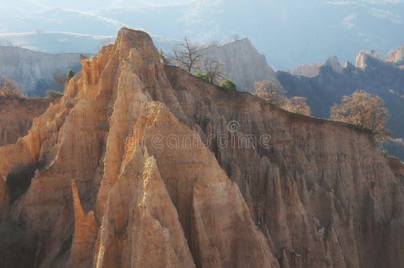 Une pyramide unique a formé des falaises de montagnes en Bulgarie, près de la ville de Melnik photographie stock