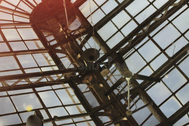 Une réflexion d'un toit en verre fou ! photographie stock
