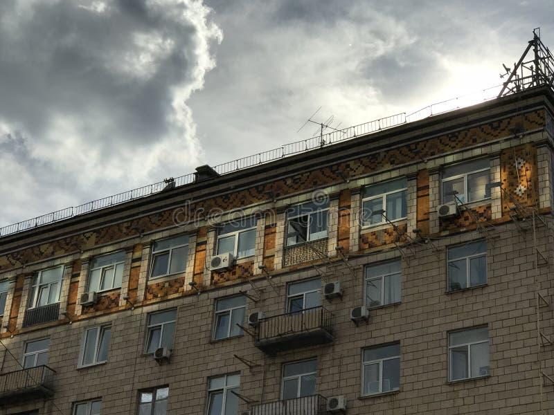 Une résidence dans des essais de l'Ukraine pour se parer hors du Soviétique-marasme images libres de droits