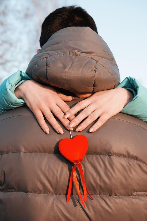 Une r?union des amants la Saint-Valentin en parc de ville le soir photos libres de droits