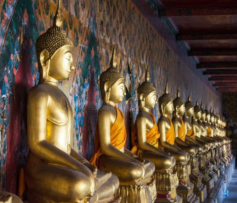 Une rangée de Buddhas posé au temple de Wat Arun à Bangkok, thaïlandais photo libre de droits