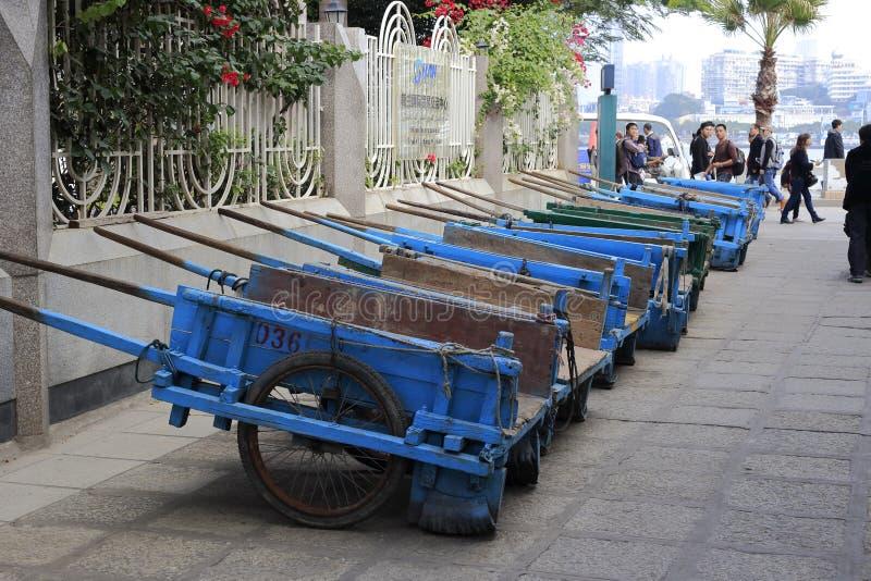 Une rangée de charrette bleue photo libre de droits
