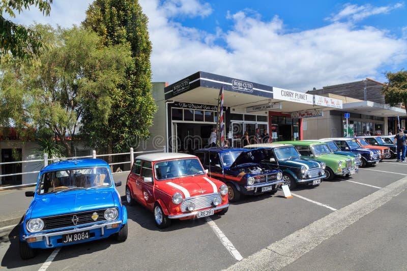 Une rangée de Minis à un salon automobile classique extérieur photos stock