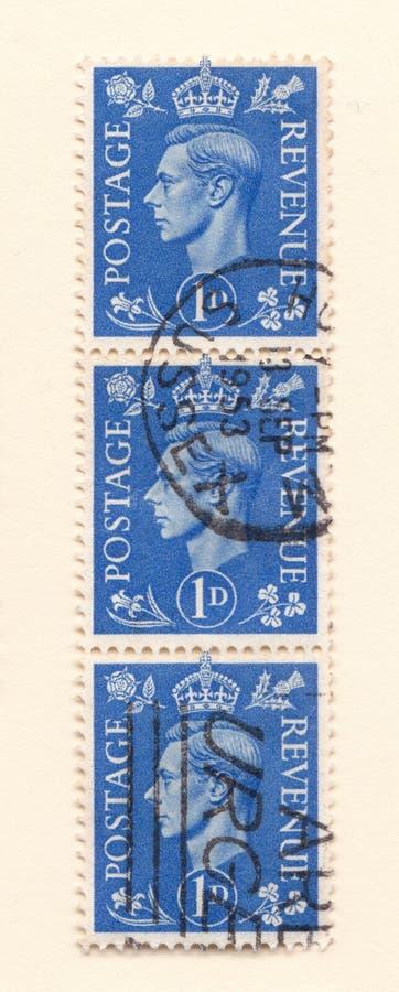 Une rangée de vieux timbres-poste britanniques bleus de penny du règne de roi Georges le sixième photos libres de droits