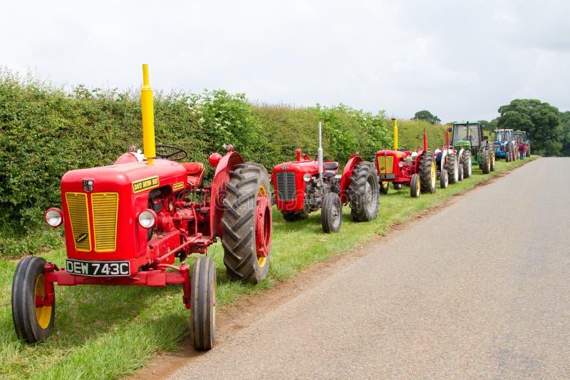 Une rangée de vieux tracteurs de vintage photos stock
