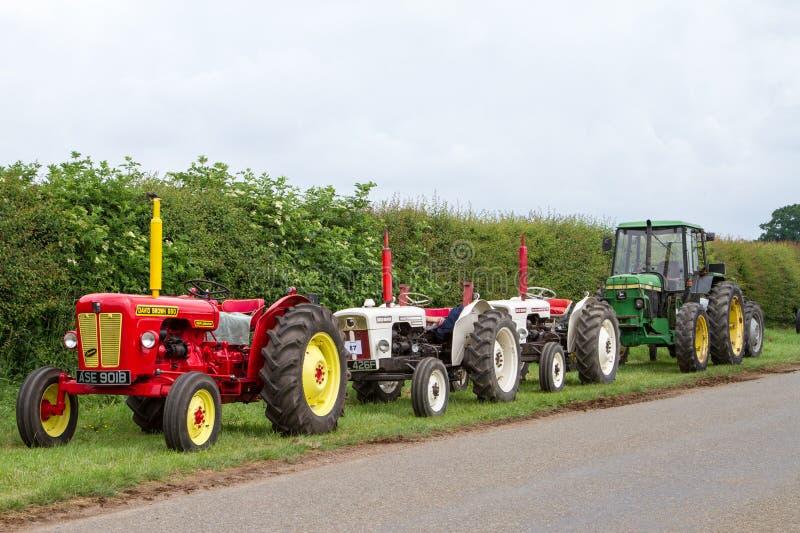 Une rangée de vieux tracteurs de vintage images libres de droits