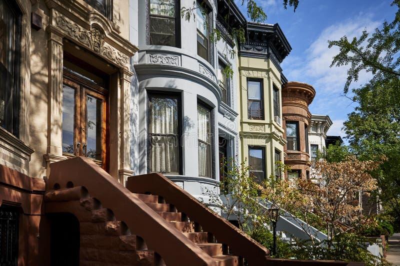 Une rangée des bâtiments de maison de grès photographie stock libre de droits