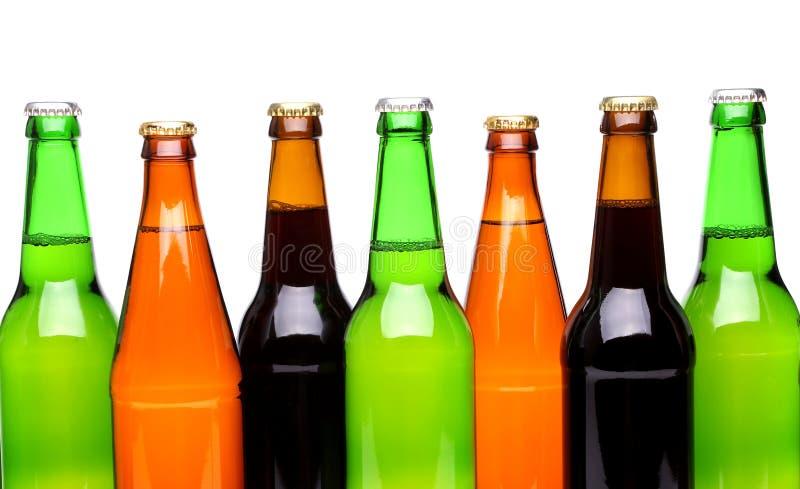 Une rangée des bouteilles à bière supérieures images libres de droits