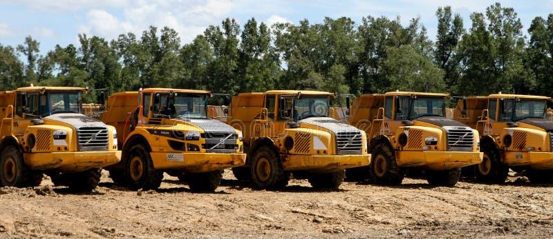 Une rangée des camions à benne basculante de Volvo image libre de droits