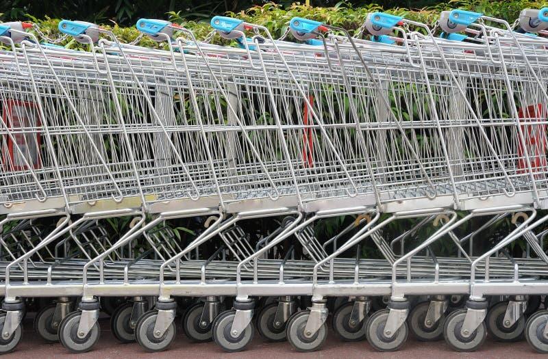 Une rangée des chariots à achats photo stock