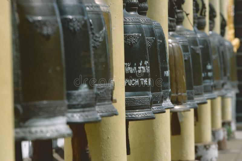 Une rangée des cloches dans un temple de Chiang Mai, Thaïlande du nord images libres de droits