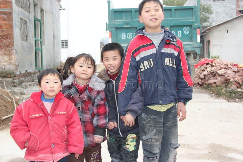 Une rangée des enfants dans le ¼ ŒAsia de countrysideï de porcelaine photos libres de droits