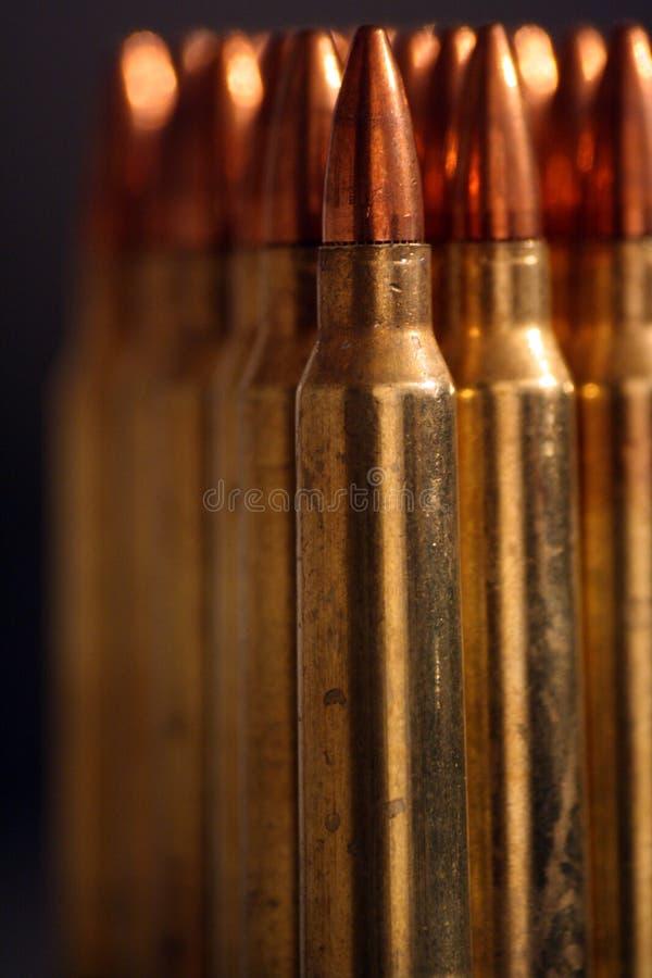 Une rangée des munitions image stock