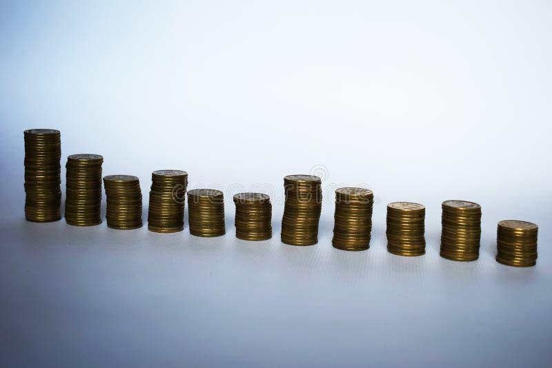 Une rangée des piles des pièces de monnaie Tendances à la croissance Silhouettes des piles de pièce de monnaie d'isolement Piles  images stock