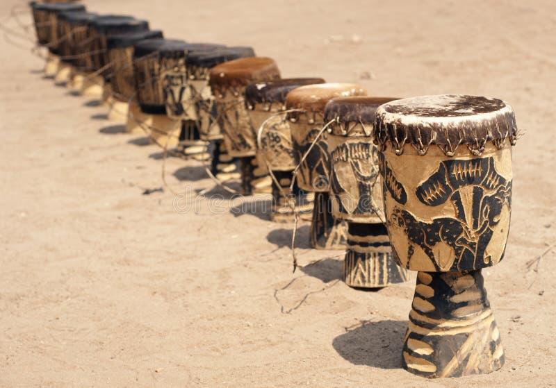 Une rangée des tambours africains images stock