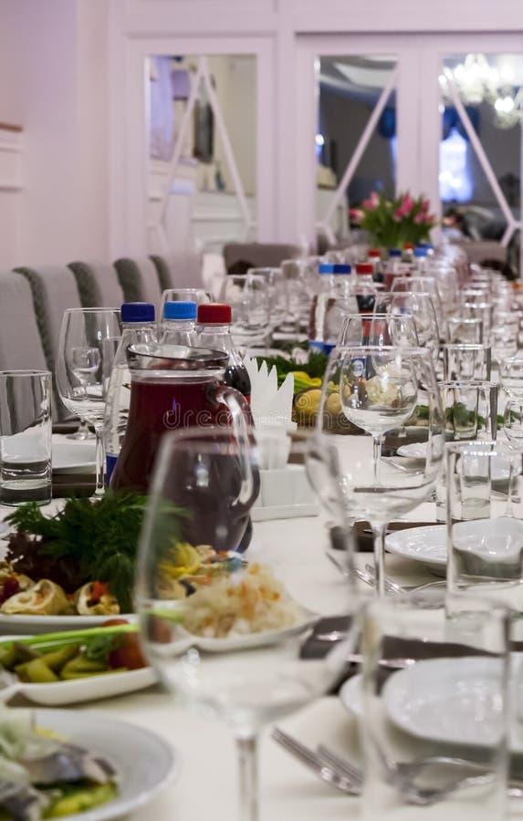 Une rangée des verres et des plats vides transparents avec des casse-croûte photo stock